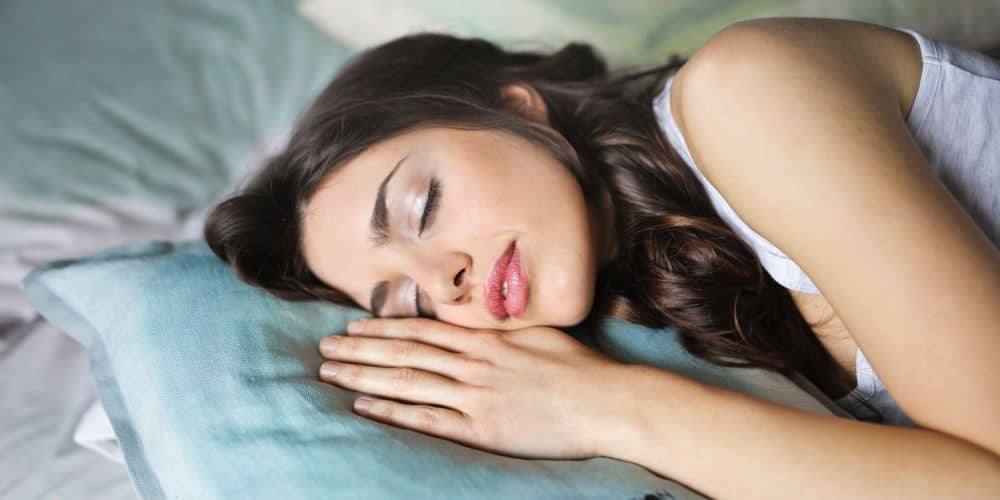 a woman sleeps peacefully thanks to her CBD oil